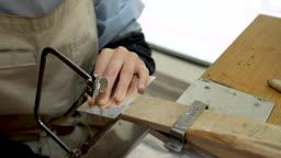 반지공방 반지 제조 과정 모습 반지 재료를 톱질하는 젊은여자 손 모습
