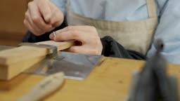 반지공방 반지 제조 과정 모습 반지 재료를 다듬는 젊은여자 손 모습