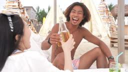 한국 강원도 양양군 서피비치 일대 맥주병을 들고 건배하는 젊은청년들 모습