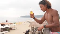 한국 강원도 양양군 서피비치 일대 맥주병을 들고 건배하는 젊은남자 모습