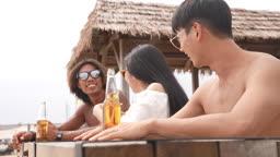 한국 강원도 양양군 서피비치 일대 대화하며 맥주병 들고 건배하는 젊은청년들 모습