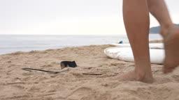 한국 강원도 양양군 서피비치 일대 발목에 줄을 채우고 서핑보드를 들고 바다로 향하는 젊은남자 모습