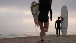 한국 강원도 양양군 서피비치 일대 서핑보드를 들고 바다를 바라보는 젊은청년들 모습