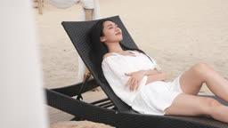 한국 강원도 양양군 서피비치 일대 의자에 앉아 휴식을 취하는 젊은여자 모습