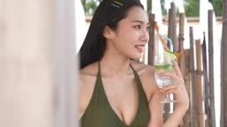 한국 강원도 양양군 서피비치 일대 칵테일을 들고 포즈 취하며 마시는 젊은여자 모습